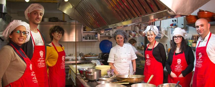 un corso di cucina toscana completo articolato in una lezione settimanale per 6 settimane ideale sia per chi gi abile in cucina e desidera solo